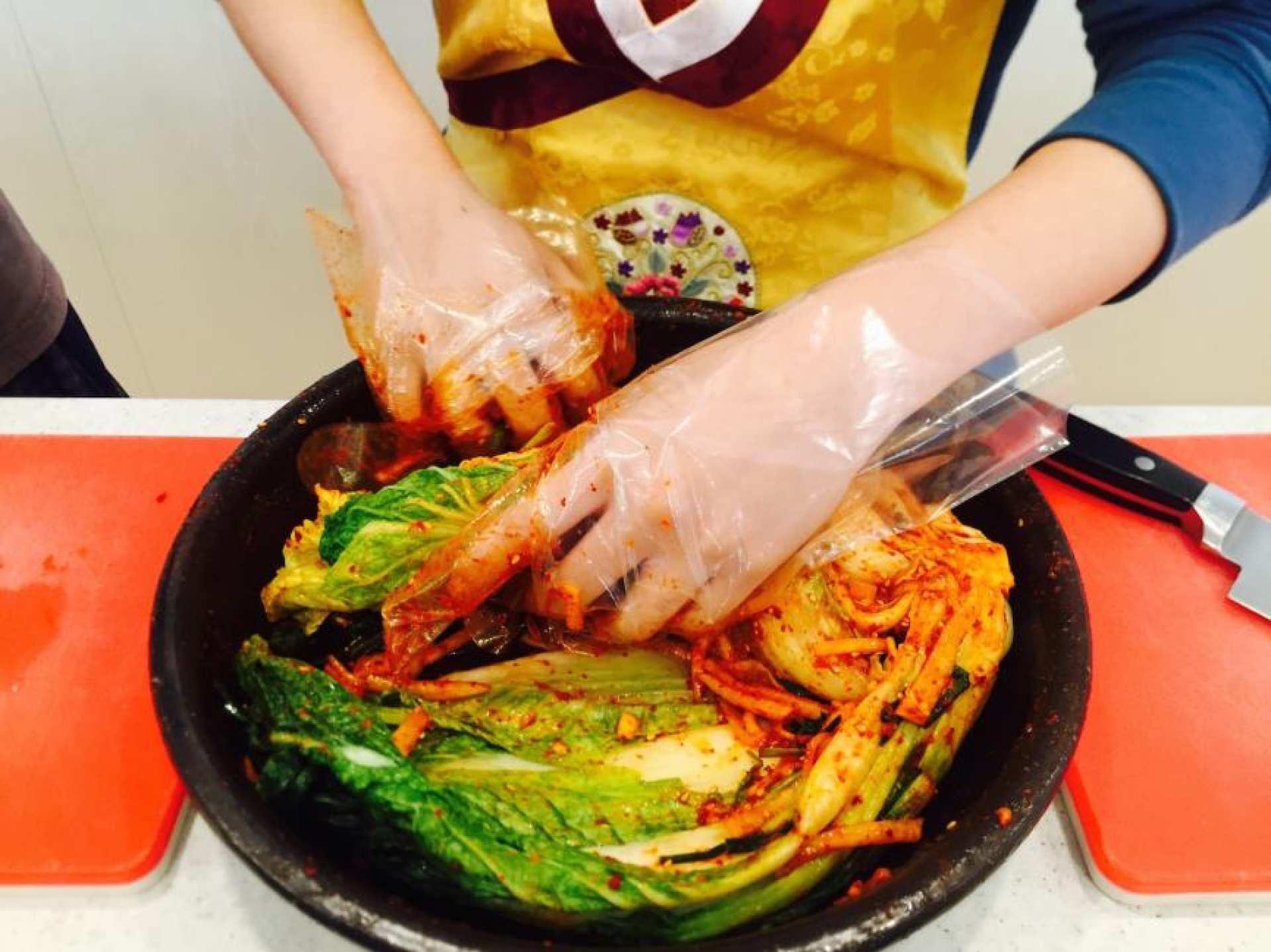 【日本語OK】ソウルキムチ文化体験館でキムチ・トッポギ作り+韓服(ハンボッ)体験