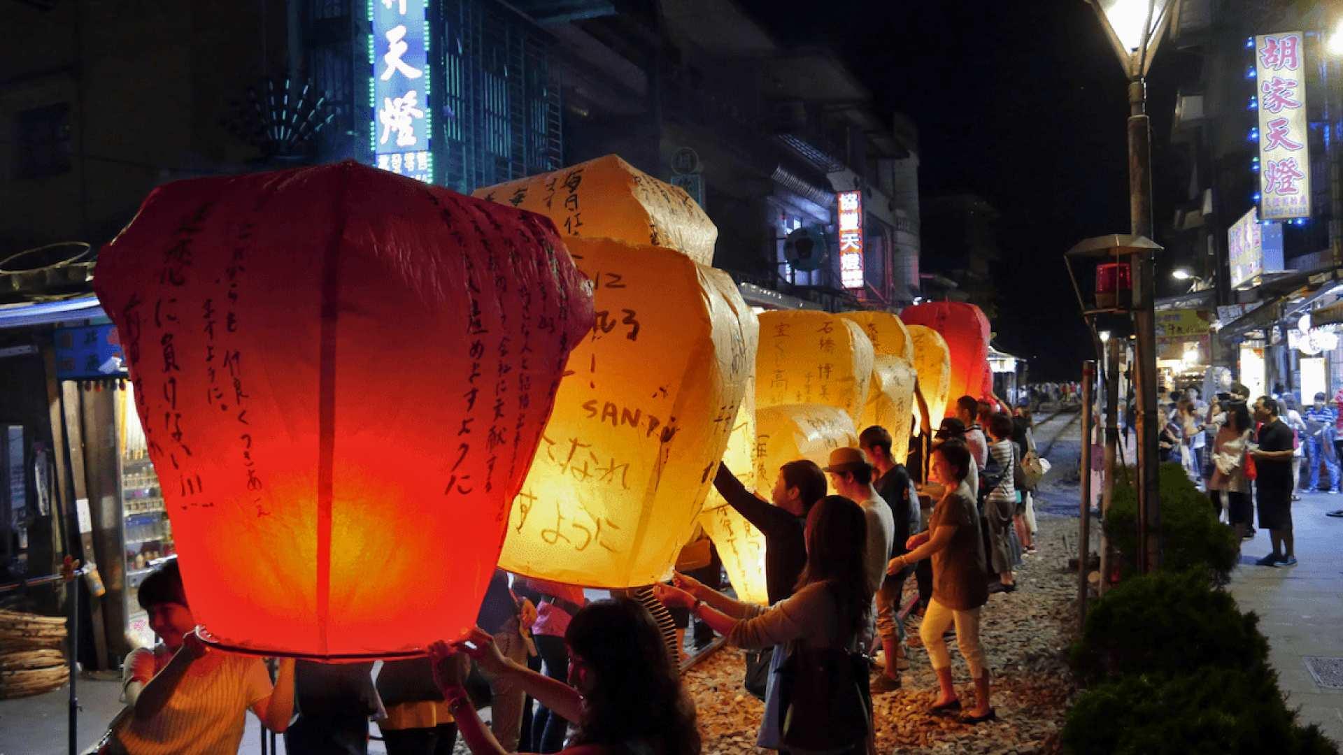 【台北出発】十分でランタン飛ばし体験+寧夏夜市ナイトツアー(日本語ガイド)