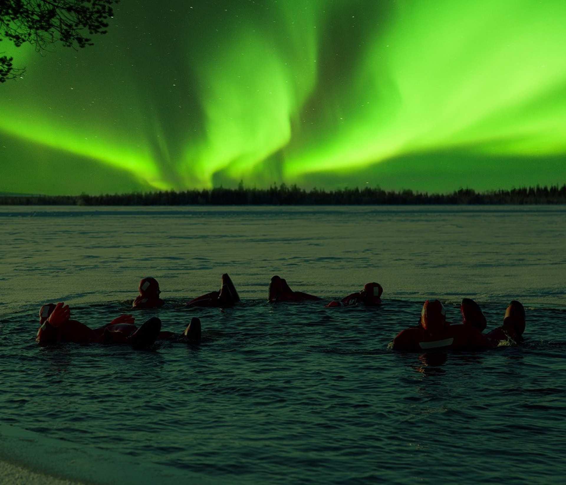 【仰望北極光】芬蘭羅瓦涅米冰湖漂浮賞極光