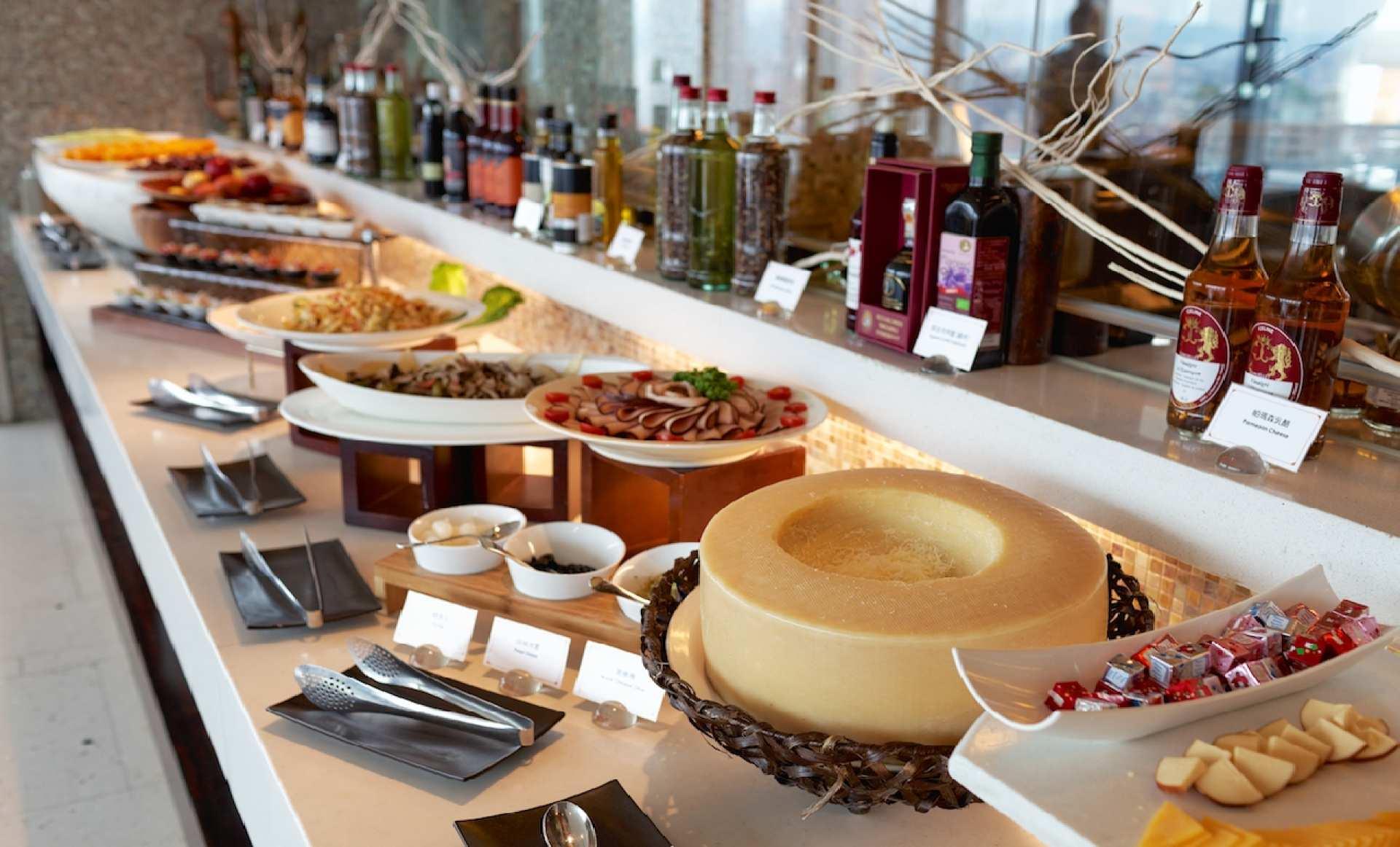 【假日不加價】台中亞緻大飯店28F異料理主菜+自助沙拉吧午餐/晚餐券