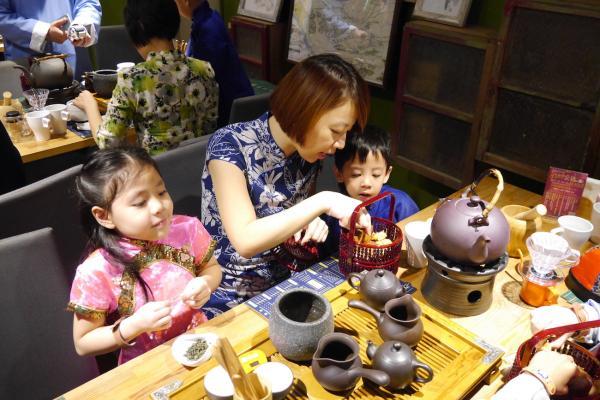【【一日小小茶藝師】台北大稻埕福來許手作沖茶+旗袍馬褂親子體驗